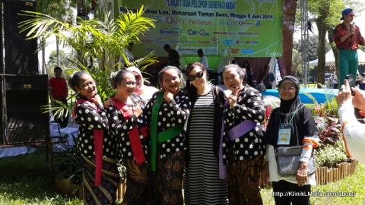 dr L'Melia bersama salah satu group yang tampil